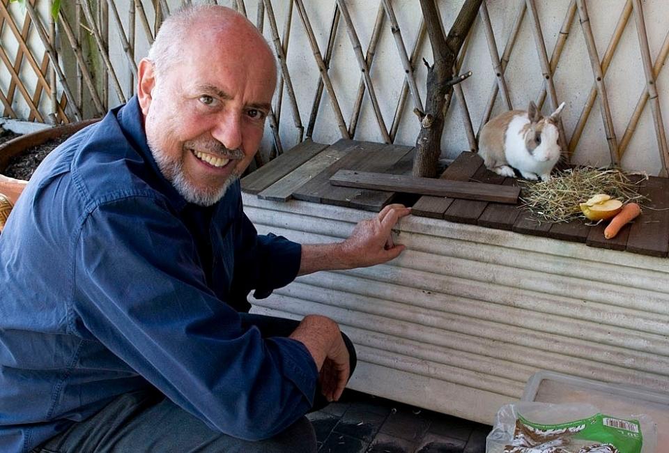 Elio Fiorucci e il suo coniglio nano