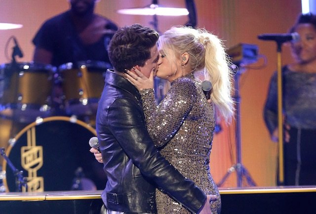 Il bacio tra i cantanti Charlie Puth e Meghan Trainor (Matt Sayles/Invision/AP)