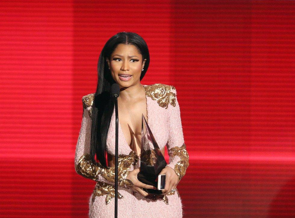 Nicki Minaj con il premio per il Miglior disco rap/hip-hop vinto con The Pinkprint. (Matt Sayles/Invision/AP)