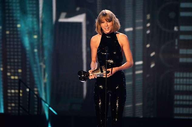 iheartradio-awards-Taylor-accepts-award-04-2016