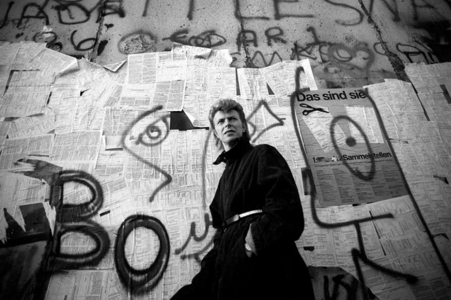 headlineImage.adapt.1460.high.david_bowie_berlin_wall.1415535138229_MGZOOM